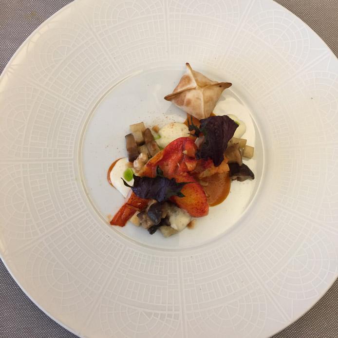 Astice blu, funghi shiitake, sedano rapa, bisque, beurre blanc, raviolino di astice e lime