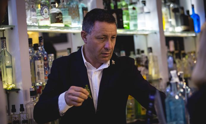 Angelo De Valeri bartender al The Gin Corner